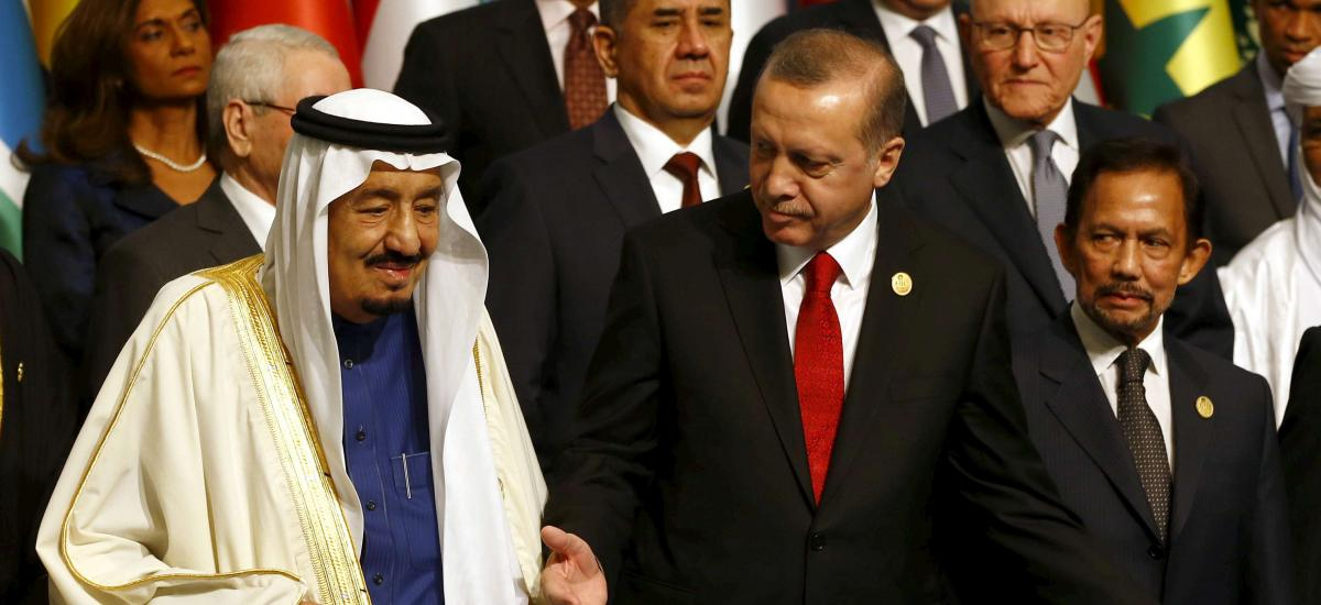 FILE PHOTO: Turkish President Tayyip Erdogan and King Salman of Saudi Arabia (L) are pictured during a photo session at the Organisation of Islamic Cooperation (OIC) Istanbul Summit in Istanbul, Turkey, April 14, 2016. REUTERS/Murad Sezer/File Photo
