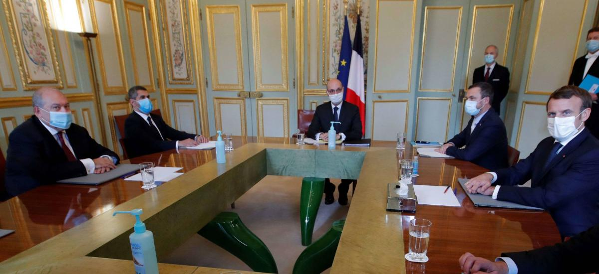French President Emmanuel Macron (R) and Armenian President Armen Sarkissian (L) take part in a meeting at the Elysee Palace in Paris, on October 22, 2020. (Photo by CHARLES PLATIAU / POOL / AFP)